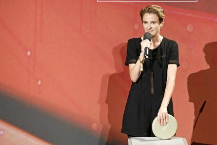 Eva Trobisch mit dem Förderpreis (Bild: Kurt Krieger/Brauer Photos/Filmfest München)