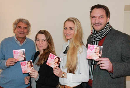 Feiern den Einstieg in die Singlecharts (von links): Alexander Elbertzhagen (Geschäftsführer Kick-Media Music), Eva Kober (Head of Kick-Media Music), Monja Schütte (Management Sarah & Pietro) und Hermann Niesig (earnapping Musikproduktion) (Bild: Kick-Media)