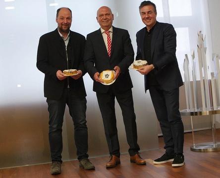 Feiern ihr zehnjähriges Jubiläum mit einer Geburtstagstorte: Die Initiatoren Heri Reipöler (links) und Lukas Rüger (rechts) mit Volker Goldmann vom Sponsoringpartner Sparkasse Bochum (Bild: Jens Schilling)
