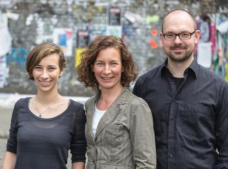 Feiern ihren Geburtstag mit einem Neuzugang (von links): Anne Sawade-Eichler und Alisa Wessel mit Guido Grossmann (Bild: Lutz Müller-Bohlen)