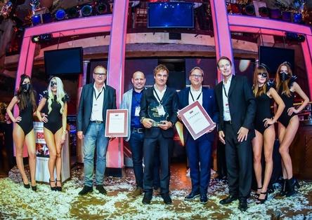 Feiern mit dem Discothekenunternehmerpreis und klar verteilten Rollenbildern (von links): Hans-Bernd Pikkemaat (Präsident BDT), Markus Thunert, Steffen Thunert, Nic Becker und Stephan Büttner (Geschäftsführer BDT/DEHOGA) (Bild: BDT)
