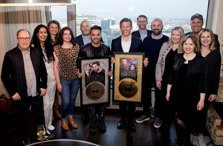 Feierten den Erfolg (von links): Robert Larasser (RL Promotion & Consulting), Nesrin Ebcinoglu (Head of PR/TV Universal Music International), Susanne Rohde (Promotion Coordination), Milijana Gojic (General Manager Marketing Universal Music), Ulf Zick (Managing Director International Universal Music), Luis Fonsi, Frank Briegmann (President & CEO Central Europe Universal Music und Deutsche Grammophon), Gregor Friedel (Head of Music SWR3), Sergio Garcia Vidal (Head Of Marketing Pop Universal Music International), Sabrina Winter (Head of PR/Radio Universal Music International), Jule Reipsch (Artist & Label Relations Radio Energy), Matthias Ihring (Head of Music Radio 7) und Christina Ratte (Project Coordination Manager) (Bild: Birte Filmer)
