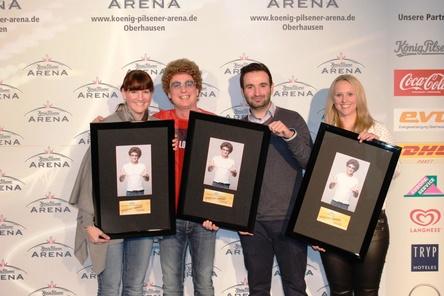 Feierten die volle Hütte (von links): Barbara Averbeck (Bucardo Kunst- und Kulturproduktionen), Atze Schröder, Florian Wels (König-Pilsener-Arena) und Britta Dusny (MTS Live) (Bild: SMG Entertainment Deutschland)