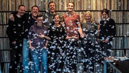 Freuen sich auf die künftige Zusammenarbeit (von links): Simon Rosteck (Vertrieb Roof Music), Uli Mücke (Labelmanagement Roof Music), Dorette Gonschorek (Rechte & Lizenzen Roof Music), Max Kennel (Das Lumpenpack), Karoline Meierling (Labelmanagement Roof Music), Jonas Meyer (Das Lumpenpack), Kristine Meierling (Geschäftsführung Roof Music) und Ninja Wegemann (Presse Roof Music) (Bild: Roof Music)