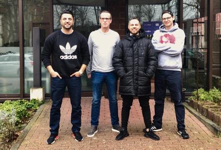 Gehen künftig gemeinsame Wege (von links): Dursun Sarac (Manager M.O.030), Frank Stratmann (Geschäftsführender Inhaber Groove Attack), M.O.030 und Kristof Jansen (A&R und Labelmanager Groove Attack) (Bild: Groove Attack)