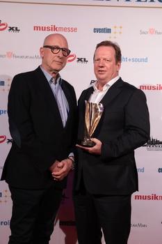 Glücklich über den LEA: Ralf Kokemüller (BB Promotion, rechts) mit Laudator Manfred Teubner (Bild: Ben Kakalski)