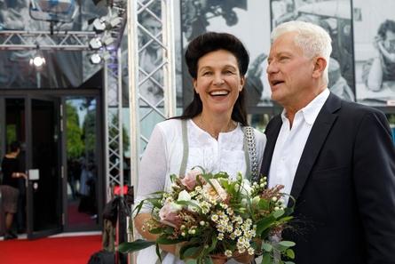 """Glückwünsche für HFF-Präsidentin Bettina Reitz gab's unter anderem von """"Tatort""""-Urgestein Miroslav Nemec (Bild: HFF München / Robert Pupeter)"""