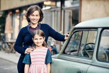 Henriette Confurius als Anna Erler mit Filmtochter Helena Pieske (Bild: ZDF / Julie Vrabelova)