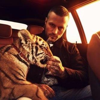 """Hier noch mit Tigerbaby Elsa unterwegs: Der Berliner Rapper Kontra K veröffentlicht Ende April mit """"Gute Nacht"""" sein neues Album über BMG (Bild: BMG)"""