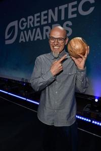 Holte in München eine Trophäe für sein Engagement und sein Umweltbewusstsein ab: Thomas D (Bild: GreenTec Awards)