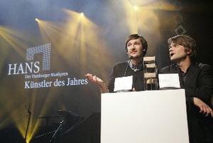 Holten den Hans als Künstler des Jahres ab: Arne Zank (l.) und Jan Müller von Tocotronic (Bild: Public Address/Sebastian Gram)