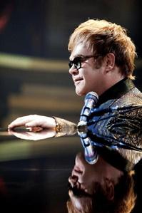 Im Sommer und Herbst 2014 auf deutschen Bühnen aktiv: Elton John (Bild: Peter Rieger Konzertagentur)