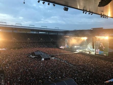 Imposante Kulisse: das voll besetzte Stade de Suisse bei der Show der Foo Fighters (Bild: Stefan Matthey)