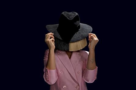 In den Airplay-Jahrescharts laut MusicTrace nach Chartspunkten und Einsätzen sowie in der kumulierten Künstlerwertung an der Spitze: die Sängerin und Songwriterin Sia (Bild: Sony Music)