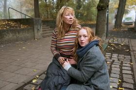 """In """"Ein Teil von uns"""" spielt Jutta Hoffmann - hier mit Filmtochter Brigitte Hobmeier - eine Obdachlose (Bild: BR/Bernd Schuller)"""
