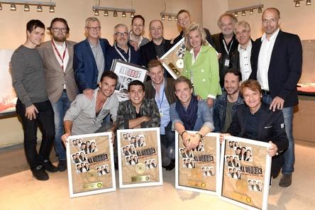 In Feierlaune (hinten, von links): Dirk Geibel (Electrola), Matthias Baumann (Semmel Concerts), Jörg Hellwig (Electrola), Gino Moerman (Management Christoff), Tobias Reitz (Songtexter), Dieter Semmelmann (Semmel Concerts), Aloys Buijs (Management Jan Smit), Bizzi Nießlein (Unikat), Peter Dreckmann (MDR), Gerd Jakobs (Arrangeur) und Ralf Schedler (Electrola) sowie (vorn von links) Florian Silbereisen (Klubbb3), Jan Smit (Klubbb3), Tom Bohne (Universal Music), Christoff (Klubbb3), Michael Jürgens (Jürgens & Partner) und Uwe Busse (Songschreiber/Produzent) (Bild: Electrola/Universal Music)