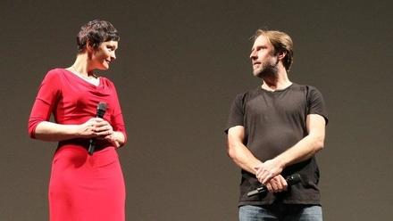 """Ingrid Lausund und Bjarne Mädel bei der gestrigen """"Tatortreiniger""""-Präsentation im Hamburger Schauspielhaus (Bild: NDR)"""