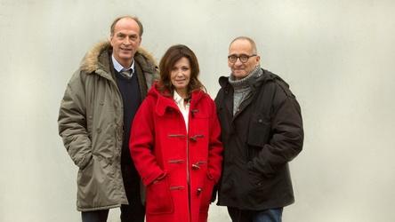 """Iris Berben (Bildmitte) und Herbert Knaup (links im Bild) werden in """"Hanne"""" von Dominik Graf (rechts im Bild) in Szene gesetzt (Bild: NDR/Volker Roloff)"""