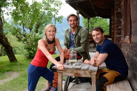 """Johanna von Gutzeit, Daniel Gawlowski und Daniel Fritz(v.l.n.r.) sind """"Die Berggefährten"""" (Bild: ZDF/Andreas Fischer)"""