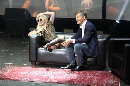 Lady GaGa im Gespräch mit Frank Briegmann (Universal Music) (Bild: MusikWoche)