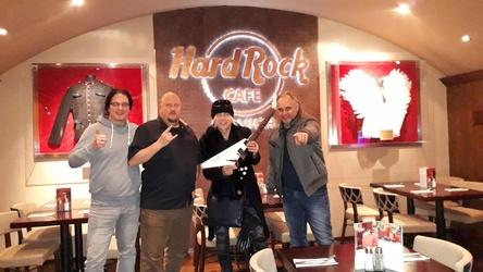 Legten einen Promotag in München ein (von links): Markus Wosgien (Head of Promotion Nuclear Blast), Oliver Malsch (General Manager Hard Rock Cafe München), Michael Schenker mit seiner Dean Flying V), Markus Müller (CEO m2 mediaconsulting) (Bild: m2)