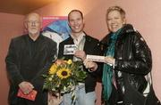 "Louis Anschütz (Filmcasino) mit dem 500.000. ""Kirschblüten""-Besucher Ferdinand Schmitt und Regisseurin Doris Dörrie in München (Bild: Majestic/Kurt Krieger)"