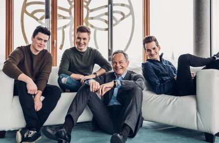 Machen gemeinsame Sache (von links): Matthias Kalcher, Kevin Lehr (beide Tagtraeumer), Andreas Treichl (CEO Erste Group Bank AG) und Thomas Schneider (Tagtraeumer) (Bild: Marion Vicenta Payr)