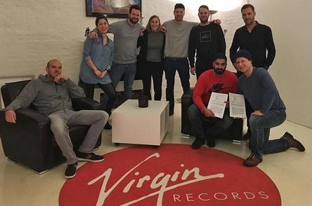 Mehr HipHop im Haus von Virgin (von links): Henrik Regel (K�nstlermanagement), Sarah Friedl (Assistant to General Manager & Team, Virgin Records), Felix Mussell (A&R/Booking, Virgin Records), Sarah Gulinski (Promotion & Marketing Manager, Virgin Records), Stephan von Gumpert (K�nstlermanagement), Sascha Pulm (Product Manager, Virgin Records), Mudi, Volker Mietke (General Manager/A&R, Virgin Records) und Markus Bruns (General Manager/A&R, Virgin Records) (Bild: Virgin Records)