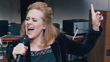 """Mit """"25"""" und mit """"Hello"""" in den Offiziellen Deutschen Charts an der Spitze: Adele (Bild: XL Recordings)"""