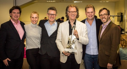 Mit dem Award in Form einer Geige (von links): Mark Wilkinson (VP International Strategy & Artists Development Global Classics), Sandra Leonhardt (Senior Manager International Marketing Universal Music Germany), Dickon Stainer (President and CEO of Global Classics Universal Music), André Rieu, Tom Bohne (President Music Universal Music Germany) und Graham Parker (President Universal Music Classics USA) (Bild: André Rieu Productions)