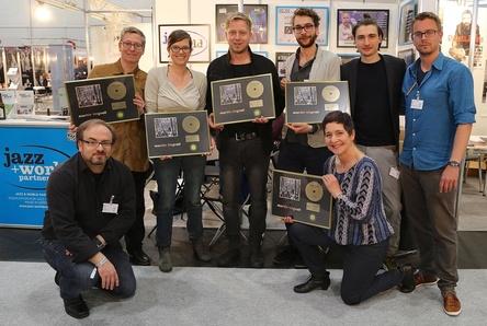 """Mit dem Jazz Award für """"En Ny Dag"""" auf der jazzahead! in Bremen (von links): Uwe Hager (o-tone music), Bernd Skibbe (Skip Records), Tinka Steinhoff (o-tone music), Martin Tingvall, Henning Rehbein (Kontor New Media), Sabine Bachmann (Skip Records), Thorsten Görner (Kontor New Media) und Michael Genrich (GLP Booking) (Bild: Ralf Dombrowski)"""