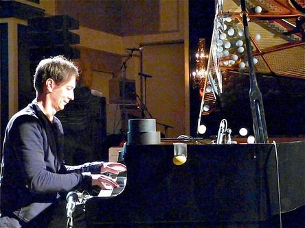 """Mit der Filmmusik für """"Lion"""" auf der Liste der Oscar-Nominees: Volker """"Hauschka,"""" Bertelman, hier beim Reeperbahn Festival 2015 auf der Bühne des Mojo Clubs (Bild: MusikWoche)"""