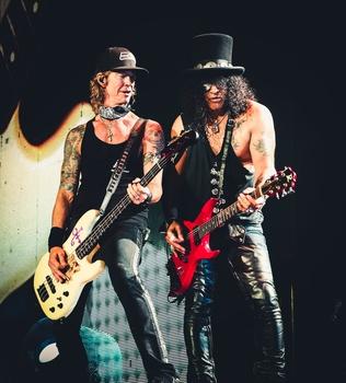 Mit Guns N' Roses auch 2018 im Live-Einsatz in Deutschland: Duff McKagan (links) und Slash (Bild: Live Nation)