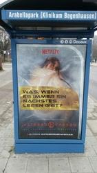Mit solchen Plakaten wie hier in München erregt Netflix derzeit offenbar Anstoß (Bild: Joerg Rumbucher)