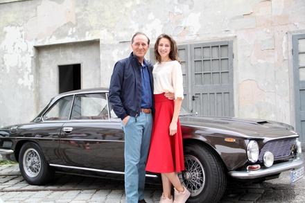 """Natalia Belitski und Stefan Kurt bei den Dreharbeiten von """"Bella Germania"""" (Bild: ZDF / G. Schnitzler)"""