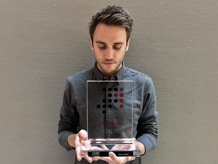 Neuanfang geglückt: Clueso mit dem amtlichen Award für die Nummer eins (Bild: GfK Entertainment)