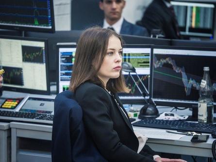 "Paula Beer in ""Bad Banks"" (Bild: ZDF/Sammy Hart)"
