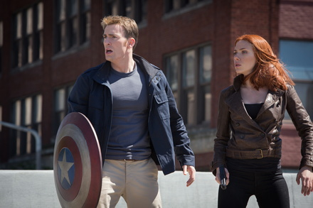 "Platz eins: ""The Return of the First Avenger"" mit Chris Evans / und Scarlett Johansson (Bild: Walt Disney)"