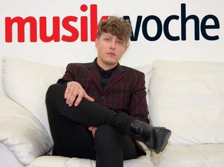 """Plauderte auf der MusikWoche-Couch über sein neues Album """"Vernunft, Vernunft"""": Tiemo Hauer (Bild: MusikWoche)"""