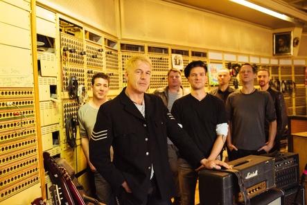 Präsentieren ihr neues Album draußen und drinnen: In Extremo (Bild: Christian Thiele)