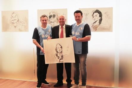 Präsentierten in besonderer Form die ZfR-Künstler: (von links) Lukas Rüger (Initiative ZfR), Volker Goldmann (Vorstandsvorsitzender der Sparkasse Bochum) und Björn Gralla (Initiative ZfR) (Bild: Jens Schilling (Credit Live-Karikatur:Arnd Hawlina))