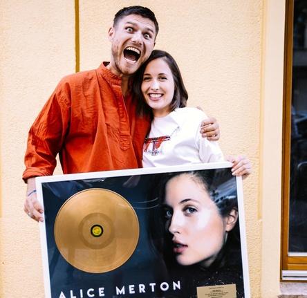 """Preisträger des Deutschen Musikautorenpreises 2018 in der Kategorie """"Erfolgreichstes Werk"""": Nicolas Rebscher und Alice Merton, hier mit einem Gold-Award für den Hit """"No Roots"""" (Bild: Marlen Stahlhuth)"""