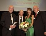 Preisträger Peter Schamoni und Otto Waalkes mit Moderatorin Sabrina Staubitz und Verleger Ulrich Scheele (v.l.) (Bild: Sigi Jantz)