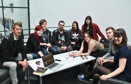 Prof. Dominik Wilhelm (links) und das Orga-Team der ADD ON-Konferenz rund um Mareike Janßen (5.v.l.) sowie Johanna Daher (r.), die für Sponsoring und Marketing zuständig ist (Bild: Hochschule Harz)