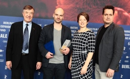 Regisseur Thomas Stuber (2.v. l.) nimmt den Gilde Filmpreis zur Berlinale 2018 von der Jury, bestehend aus Adrian Kutter (l.), Dominique Henz, und Erdmann Lange (r.) entgegen (Bild: AG Kino-Gilde /Alan Schapke)