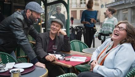 Regisseur Titus Selge (links) mit den Darstellern Edgar Selge und Bettina Stucky bei den Dreharbeiten in Paris (Bild: rbb/NFP/Manon Renier)