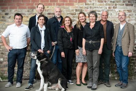 """Robert Gehring (MFG), Kay Niessen und Daniel Hetzer (hands-on producers), Nadin Matthews (Hundetrainerin und Hauptakteurin), Connie Walther (Regie), Tanja Güß (Film- und Medienstiftung NRW), Birgit Gudjonsdottir (DOP), Thomas Kufus (zero one film) und Manfred Hattendorf (SWR, v.l.n.r.) am Set von """"Die Rüden"""" (Bild: Lars Pölöskey)"""