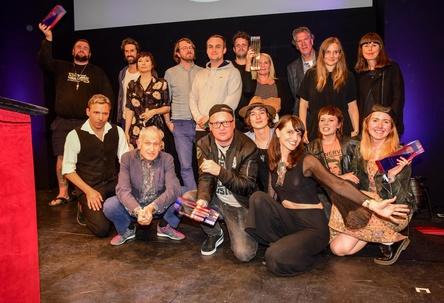 Rückblick 2017: die Sieger, Laudatoren und Moderatoren der VIA!-Verleihung auf der Bühne des Schmidts Tivoli (Bild: Bernd Jonkmanns)