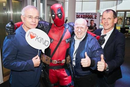 Schon am Montagabend wurde die KINO 2018 mit einem Warm-Up im Cineplex Baden-Baden eröffnet. Als Gäste durfte Deadpool dort u.a. Thomas Negele, Kurt Schalk und Ralf Holl begrüßen (Bild: Mike Auerbach / HDF Kino)