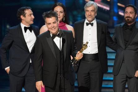 """Sebastian Lelio mit dem Oscar für """"Eine fantastische Frau"""" (Bild: Aaron Poole / A.M.P.A.S.)"""